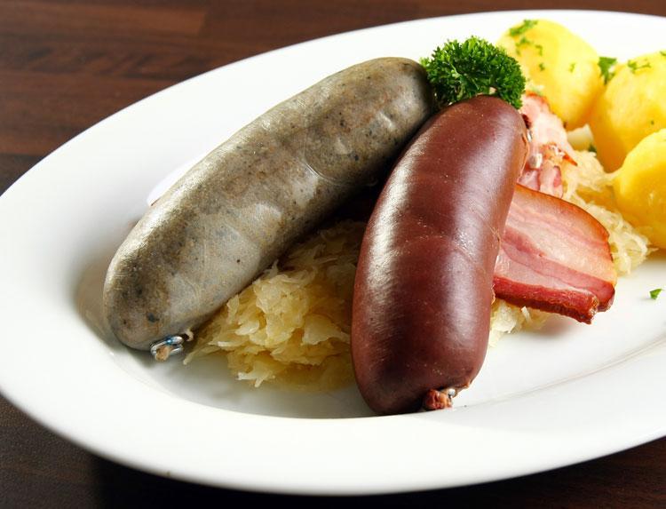 Отварные ливерная и кровяная колбаски с капустой и картошечкой