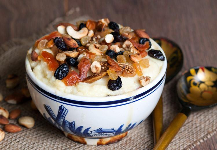 Манная каша на молоке и сливках с добавлением орехов, варенья, ягод, сухофруктов и пряностей
