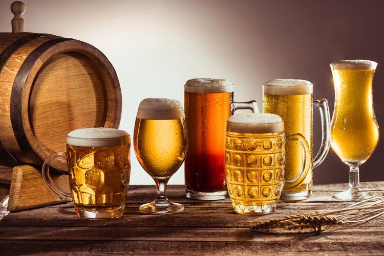 Пивная бочка и бокалы с популярными сортами хмельного напитка из Германии