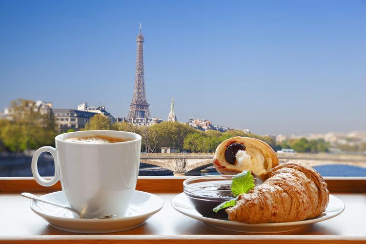 кофе и круассаны на завтрак во Франции