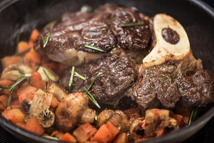 тушеное с овощами мясо быка
