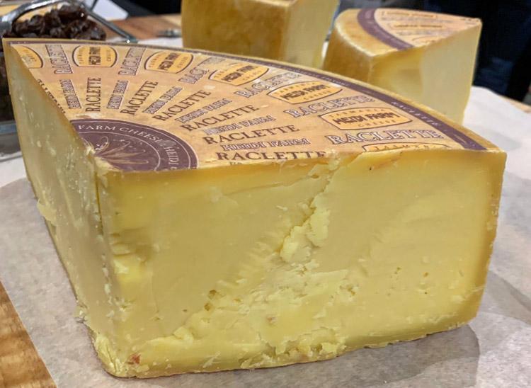 Четвертинка головки сыра «Хайди Фарм Раклет»