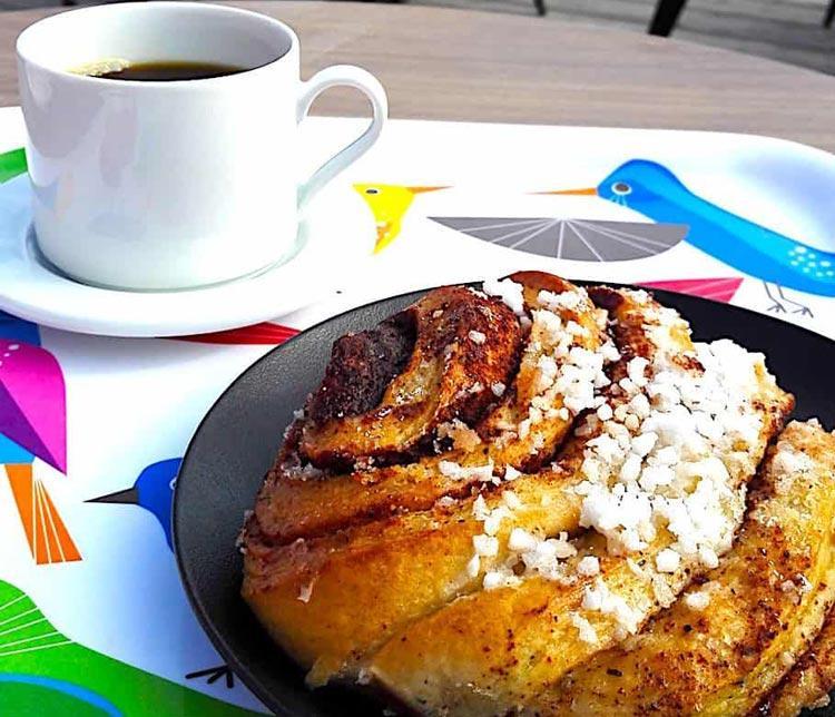 Кофе и булочка финская с карламоном и корицей