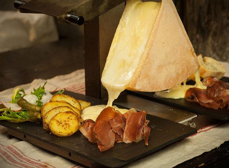 Кусочки мяса и овощи с расплавленным швейцарским сыром