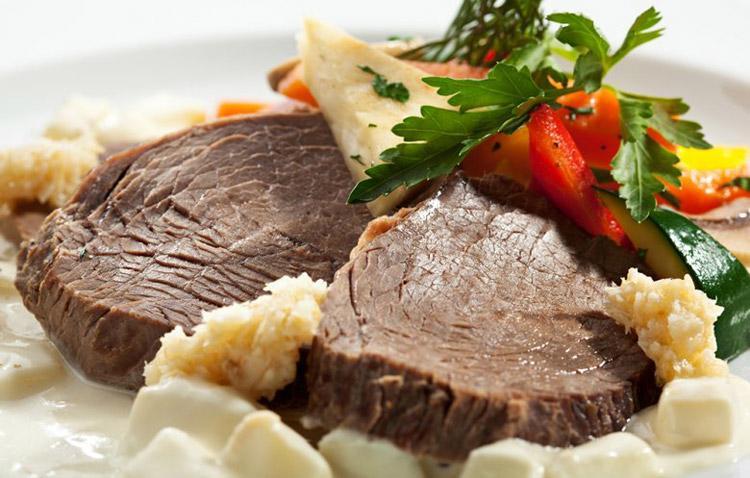 Австрийское блюдо из говядины с яблочным хреном и овощами