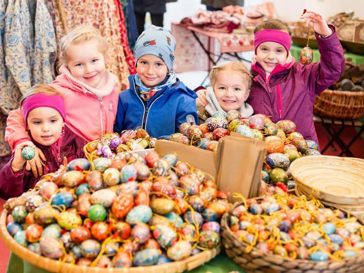 дети на пасхальном рынке