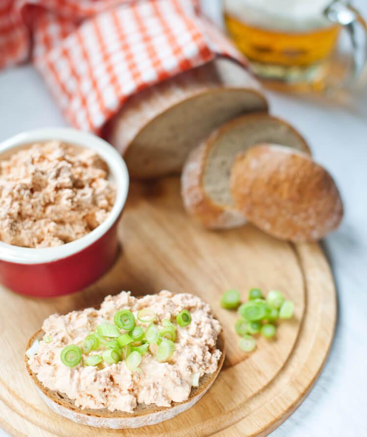 подача пивного сыра - на хлебе
